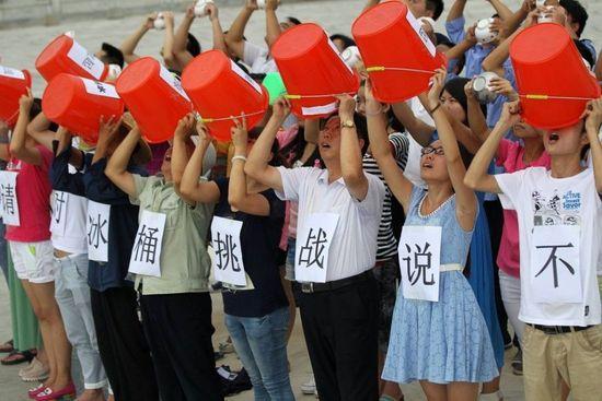 河南重旱区民众拿水桶聚集抗议冰桶挑战