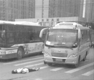 校车拐弯撞上母女 母亲受伤2岁女儿安然无恙(图)
