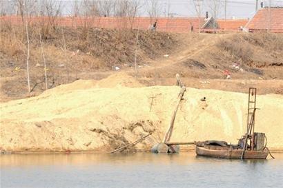 山东胶莱河非法挖沙河道满目疮痍 庄稼塌陷