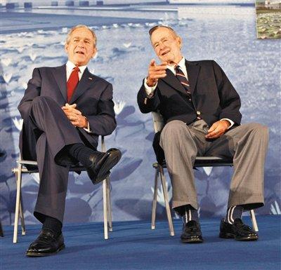 """美国前总统尼克松(左图左边)、老布什(右图右边)与小布什都是""""中国人民的老朋友""""。"""