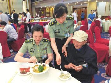 工作人员照顾川籍抗战老兵陈家乾吃饭。