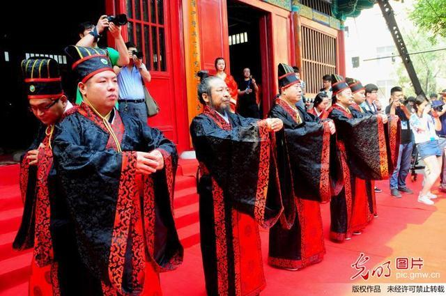 河北美术学院毕业典礼着汉服授学位(1)