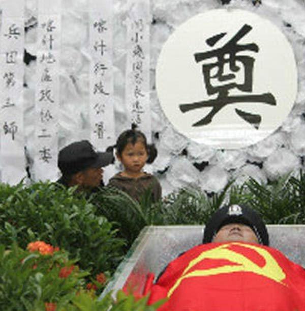 组图:新疆喀什暴乱中殉职特警追悼会举行 - 胖