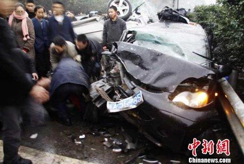 成渝高速发生15车连环追尾 导致5人受伤