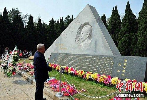 记者清明探访胡耀邦墓地(图)