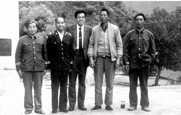 ▲1992年徐洪慈(中间)与故人重逢(右二为李光荣)。