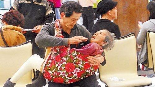 台62岁男子用花布抱母求医 如同抱着婴儿(图)