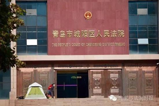 老人砸摄像头被拘绝食288天 为维权住法院前8月