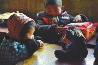 90后少女山区教课 带孩子为留守儿童上课
