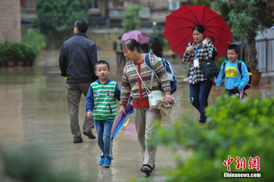 谢万梅去接孙子放学.今年58岁的谢万梅是山西临汾人,这已经是她
