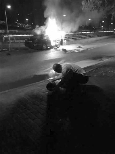 轿车撞上路墩起火 老兵冲进燃火车中救出3人