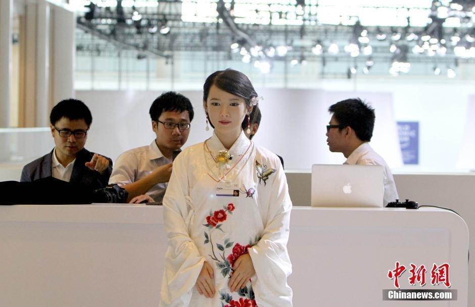 女机器人手机观看