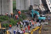 救援人员在事故现场施救