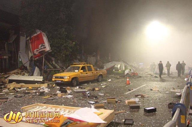 四川泸州摩尔商城发生爆炸 致旁边车站倒塌