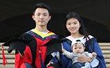 博士爸爸硕士妈妈抱着孩子一起拍毕业照 网友:人生赢家