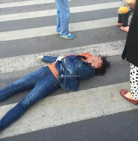 交通协管员抡锤砸闯红灯女子头部 对方血溅街头