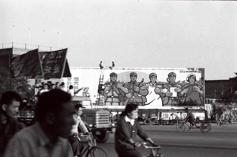 1967年,中央工艺美术学院的学生在历史博物馆门口张贴的巨幅宣传画。