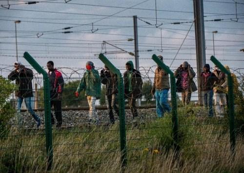 外媒:逾千名偷渡者冲击英法海底隧道 1人身亡