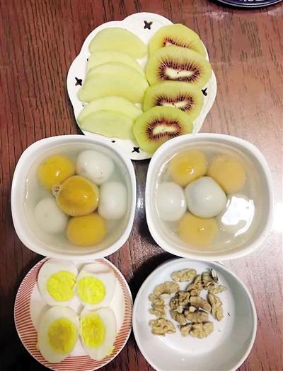 妈妈给双胞胎女儿做早餐:天天不同款 多人点赞