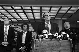 FBI旧金山办事处主管戴维·约翰逊介绍情况
