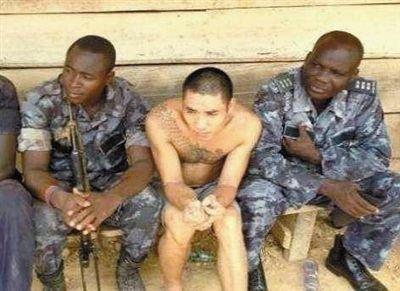 被扣留的采金者(左二)。