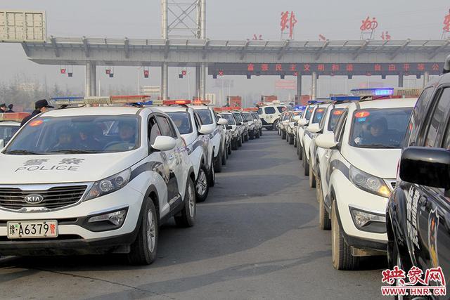 组图:郑州打掉29人盗窃团伙 押送车队排长龙
