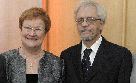 """芬兰女总统丈夫出""""糗闻"""" 偷瞄丹麦王妃胸部被抓拍"""