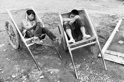 芦山双石镇中心小学开建板房教室 拟下周一复课