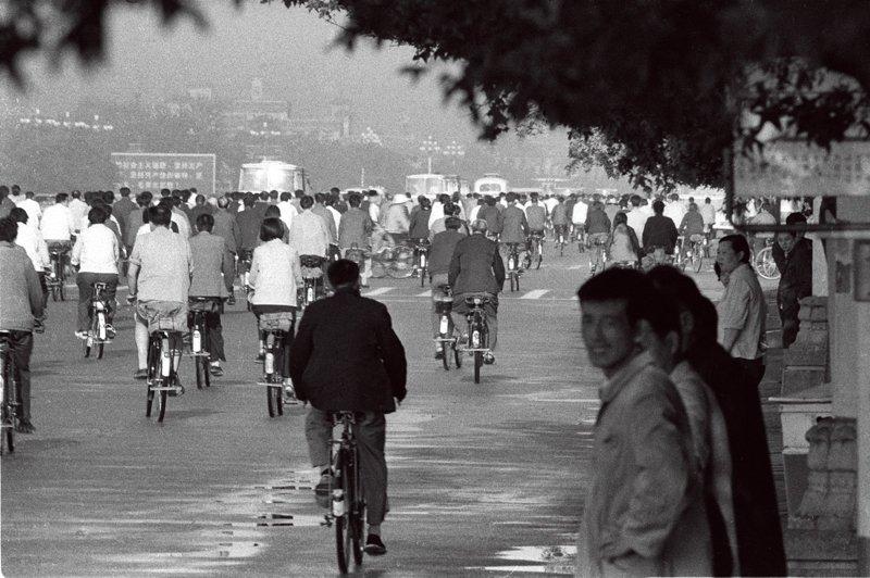 1967年,长安街上市民早晨上班的车流。