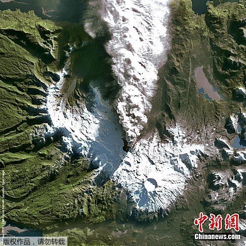 卫星云图显示智利普耶威火山出现新火山口