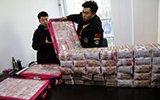 警方帮300多农民工讨薪 1400万现金堆一桌