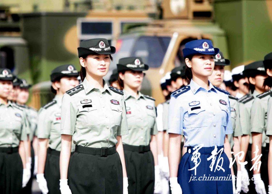 两名女预备役曾在09年国庆阅兵中担任女民兵方队领队
