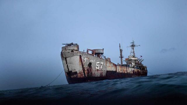 菲军给仁爱礁上士兵送吉他 被中方执法船追赶