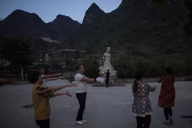 """""""盘阳公主""""雕像下锻炼的人。"""