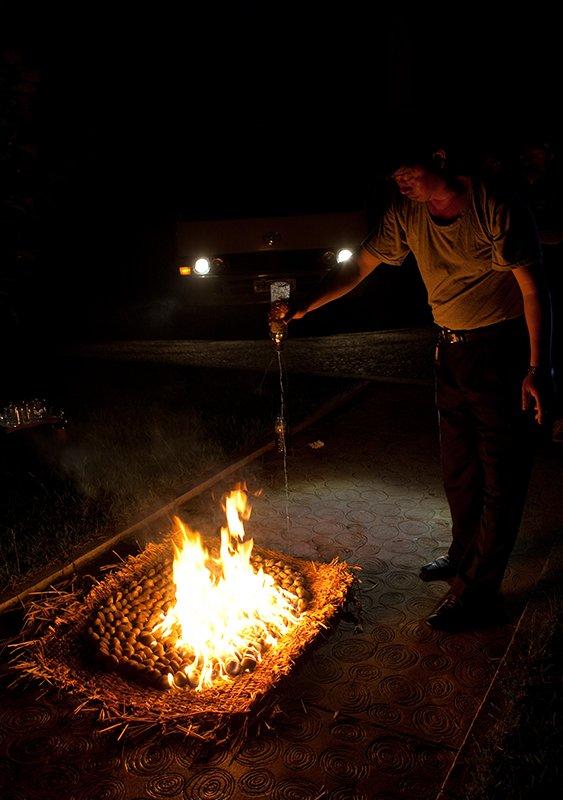 到了晚上,村长在花园铺开一张毯子,准备烤蛤蜊。他在蛤蜊周围满满浇了一圈汽油,然后用火柴点燃了汽油。所有人都兴奋地看着腾腾的火焰,而只有我感觉怪怪的,仿佛自己是在吃机器零件一样。