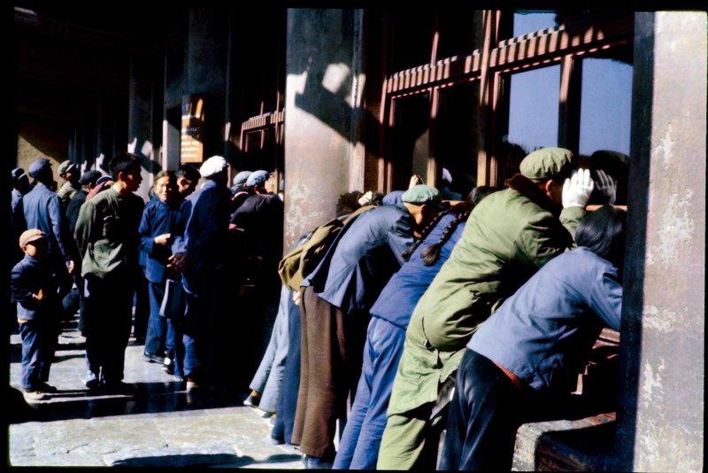 1971年,故宫重新对外开放,围观的市民。