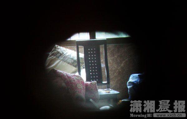 从猫眼看到的颜某家屋内,男婴被发现并怀疑死亡时,在房里无依无靠地待了29个小时。图|潇湘晨报实习生张翰峰
