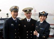 中俄海军军人在舰上合影留念