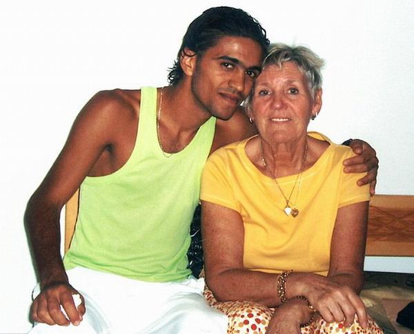 70岁的西姆斯与21岁的突尼斯服务生拉法一见钟情并闪婚(网页截图)