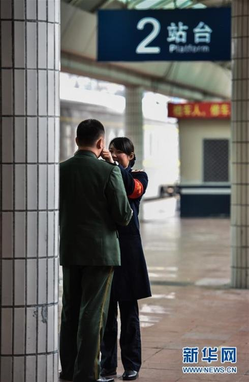 春运故事:边防军人与列车员妻子月台上团聚 - 海阔山遥 - .
