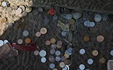 山东泰山人群蜂拥祈福 台阶上硬币零钱扔一地
