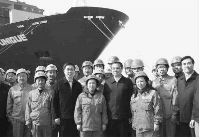李克强上海考察与工人合影 中间位置留给女工