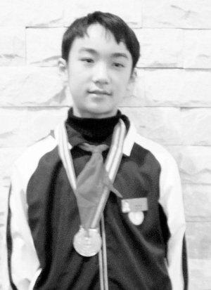 初一男生世界奥数揽铜牌 把人民币当礼物送人