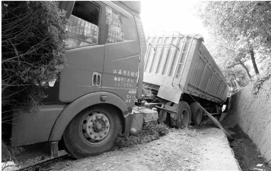 大货车超载一倍失控侧翻 8个轮胎爆胎(图)