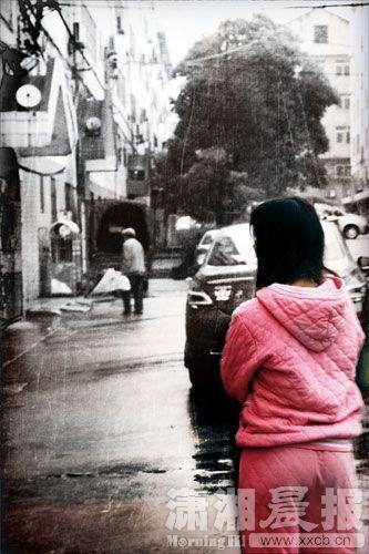 3月30日,娄底市晨晖家园小区,男婴的母亲在楼下徘徊。图|潇湘晨报实习生张翰峰