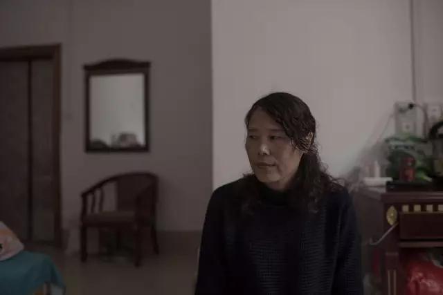 杨春红曾一度想放弃治疗。手术后的折磨让她对生活开始怀疑,她害怕照镜子时看到自己不好的状态。