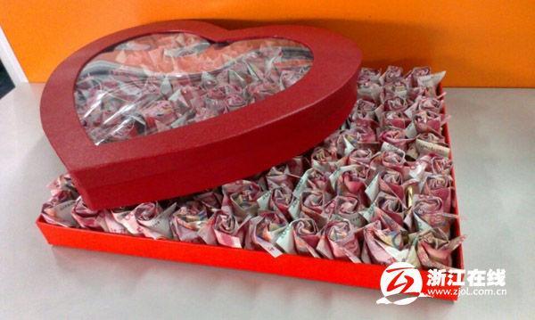 小伙受准丈母娘刁難 用20萬元折紙玫瑰求婚(圖)