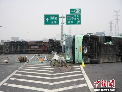 温州旅游大巴高速主线倒车致半挂车追尾1死多伤