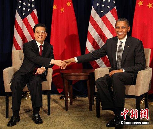 当地时间11月12日下午,中国国家主席胡锦涛在夏威夷州首府檀香山会见美国总统奥巴马。中美两国元首十天之内再次会晤。中新社发 张朔 摄