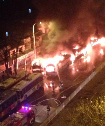 高清图—武汉市汉口中山大道数辆电动公交车被点燃烧